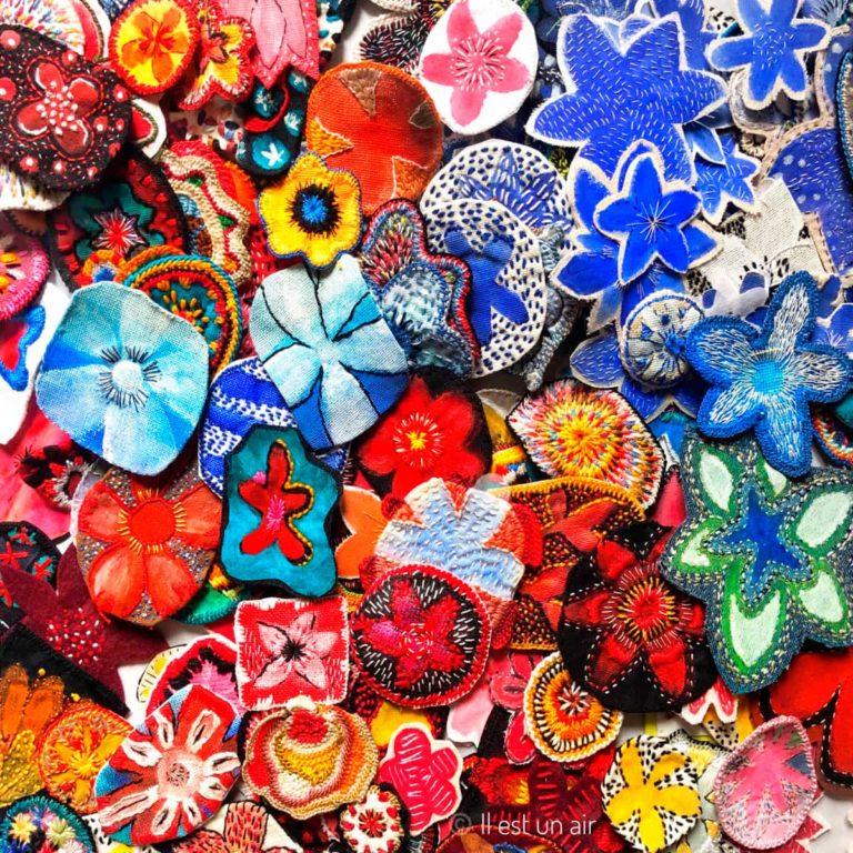 Fleurs en tissu peintes et brodées